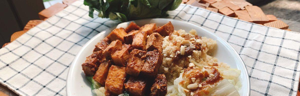 """Chia sẻ công thức """"cơm"""" chiên bông cải trắng với đậu hủ sốt đậu phộng"""